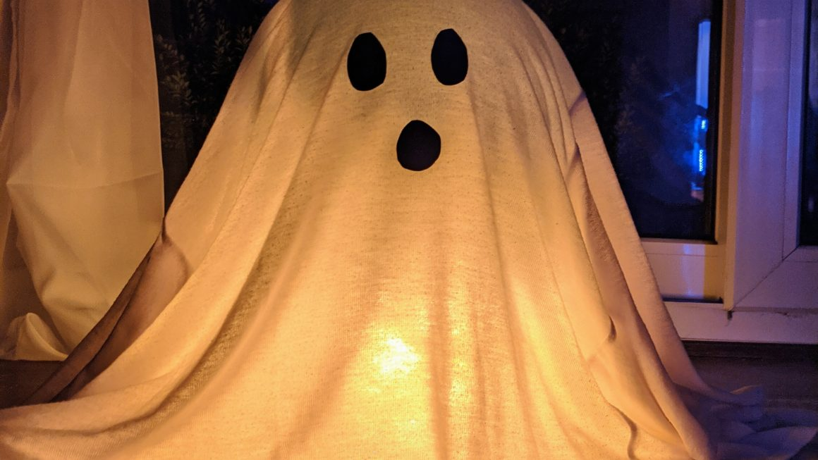 Scarily Easy DIY Ghost Decoration For Halloween